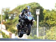 Guy in action on the all-new GSX-R600 at Ballaugh Bridge